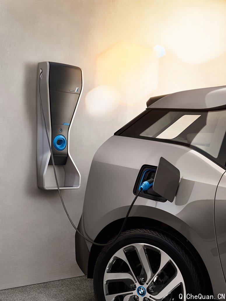 在购车之前,客户首先需要了解其拥有或租用的长期停车位是否具备充电设备安装条件。BMW i经销店销售顾问将引导客户填写预评估问卷,协助客户分析安装可行性。在车位勘查环节,经BMW认证的充电设备安装服务商(以下简称服务商)在现场与物业沟通后,为客户提供充电设备安装位置及布线的最佳解決方案。如果地方电网公司或政府要求提交充电设备用电报装申请,BMW i经销店销售顾问将协助客户收集相关材料,并由服务商为客户提供报装服务;最后,BMW i经销店销售顾问按照与客户商定的安装方案和安装日期,协调服务商上门完成电缆铺设、