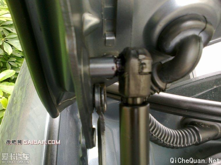 更换凯旋后备箱液压支撑杆