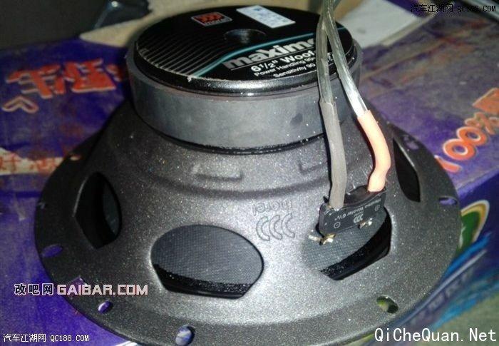 索8入门级音响改装,换了导航觉得音质差和米米有限的同志可以借鉴。   玛仕舞继承了摩雷传统的声音特性,声音表现中性、柔和、耐听,其超高的性价比也赢得了市场的一致好评。这款喇叭是摩雷以竞争性的价位,满足大众追求高质声效的一款产品。其高频单元采用25mm(1..0″)的软球顶,这种软球顶能产生一种延伸的频响,发出完整的声场和精确的立体声音效。低频/中频单元采用了超强磁铁系统,以增加音效和功率。振膜造型精细,再现清晰地线性低中频,并传递动感低音。   喇叭清晰、婉转、通透、饱满的音质表现,很容易让人