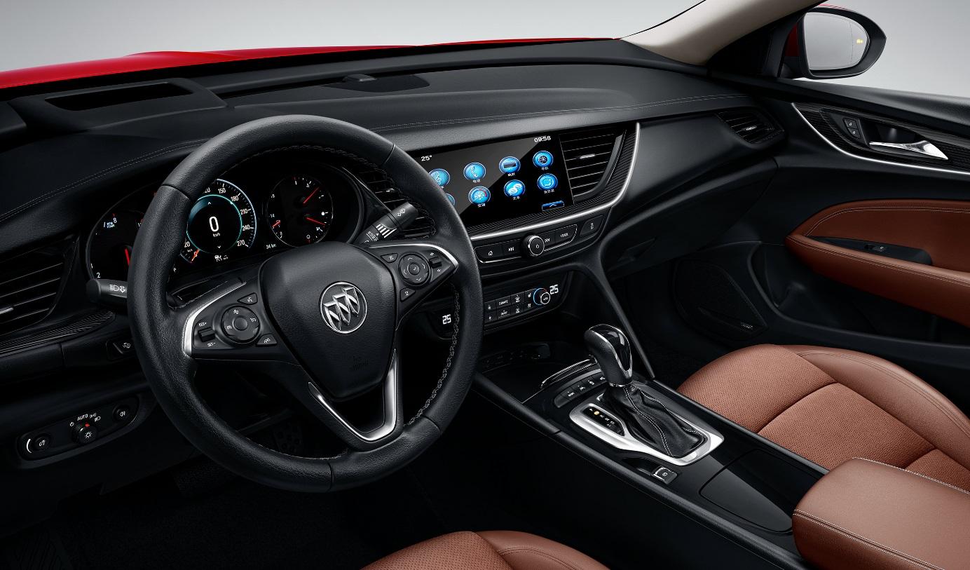 全新开发的整车架构令全新一代君威拥有更完美的车身比例,轴距较上一代车型增加92mm至2829mm,车身宽度增加7mm,带来纵向及横向空间的双重提升。 在兼顾优雅造型和低风阻需求的同时,全新一代君威的空间表现进步明显,特别是后排乘坐空间全面升级:在前排身高1米8以上男性乘坐的情况下,后排膝部空间仍余2拳半。此外,得益于乘坐H点以及车内造型布局的优化调整,后排头部与肩部空间同样得到提升。